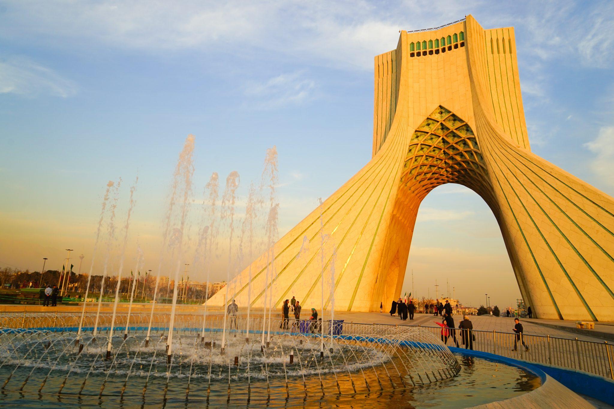 Что посмотреть в Тегеране: башня Азади. Еще больше про Иран в блоге Bazariran.ru
