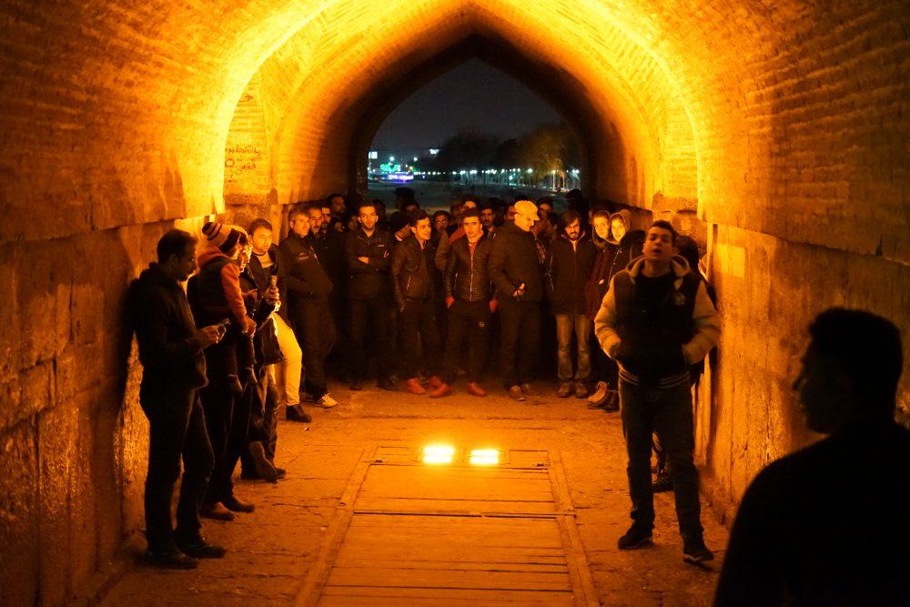 Что посмотреть в Исфахане: певцы под мостом Хаджу. Про Иран в блоге bazariran.ru