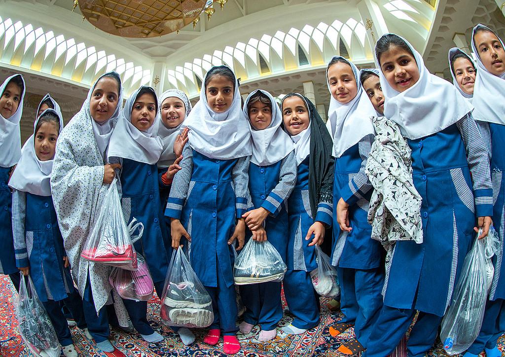 Иранские школьницы на экскурсии в Шах Черах в Ширазе. ФОто для блога bazariran.ru