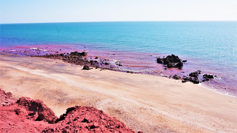 разноцветный пляж на острове Ормуз, Иран
